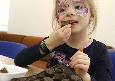 gyermek-kézműves-csoportos-csokoládé-készítés-02
