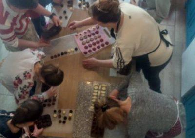 gyermek-kézműves-csoportos-csokoládé-készítés-08