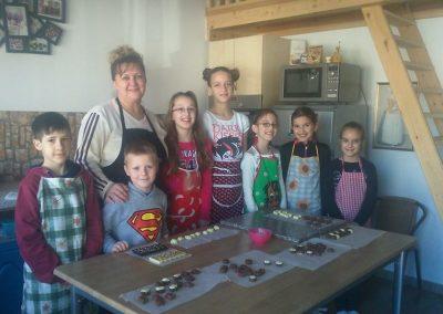 gyermek-kézműves-csoportos-csokoládé-készítés-11