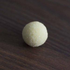 Elefáncsontparti-kókuszpüré-fehércsokis-trüffel-golyóban-kézműves bonbon