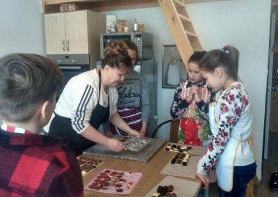 gyermek-kézműves-csoportos-csokoládé-készítés