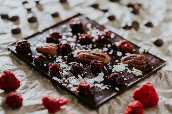 málnás-pekándiós-kézműves-csokoládé